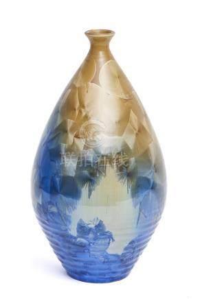 Grand vase à col étroit, décoré de pastilles bleu métallique et marron.Période