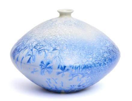 Vase rond globulaire à col étroit, décoré d'un motif abstrait. De blanc à bleu
