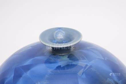 Vase globulaire à col étroit décoré de pastilles bleu clair métallique. Marque