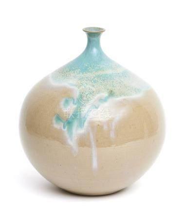 Vase globulaire à col étroit, à glaçure blanc-vert, sur fond crème.Période Show