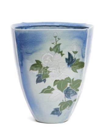 Grand vase carré bleu, avec des côtés ronds à glaçure craquelée, et à décor d'u