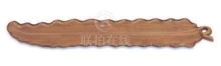 Longue assiette en bois, en forme de feuille de bananier. Dans une boite. Pério