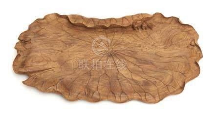 Plateau en bois, en forme de grande feuille de lotus, une petite grenouille et