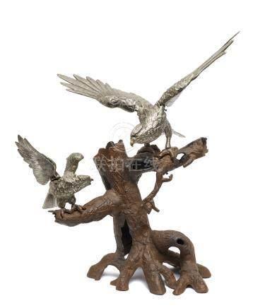 Grand objet (okimono) de deux oiseaux de proie aux ailes déployées, posés sur l