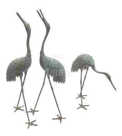Groupe de trois grues en bronze (tsuru) pour le jardin; deux regardant vers le