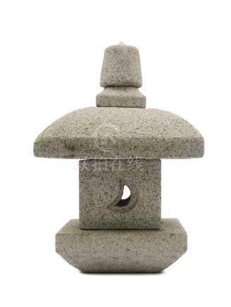 Lanterne carrée en granit (tōro) en quatre parties. Période Showa.H.: 62,5 cm;