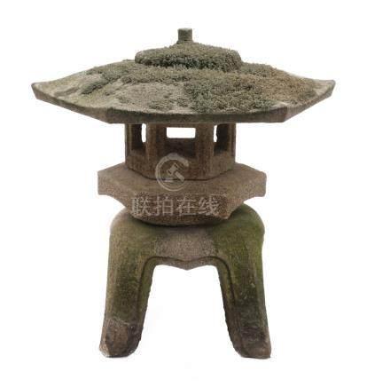 Lanterne de jardin en granit (tōrō) «vue sur la neige (yukimi)» et toit en part
