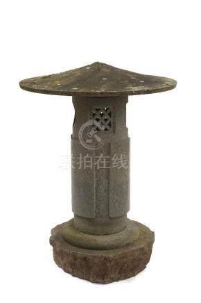 Une grande lanterne de jardin ronde en granit (tōrō). Début de la période Showa