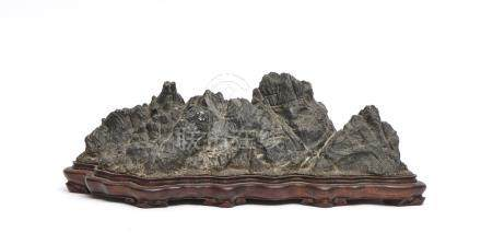 Pierre paysage suiseki gris-noir en forme de paysage de montagne, sur un socle