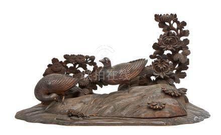 Grand okimono en bois, en forme de paysage orné d'une paire de colombes devant