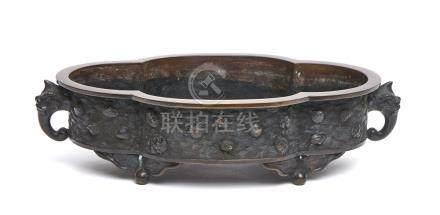 Bassin ovale en bronze à bordure dentelé (suiban) sur quatre pieds, ses côtés à