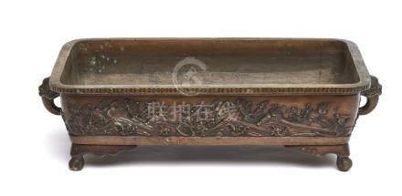 Bassin rectangulaire en bronze (suiban) sur quatre pieds, ses côtés décorés de