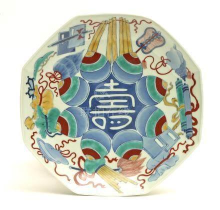 """Plat octogonal en porcelaine polychrome de Nabeshima appelé """"un pied"""", à décor"""