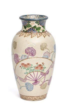 Vase Satsuma décoré de deux éventails dépliés, chacun avec un motif différent d