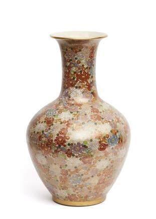 Grand vase en porcelaine de Satsuma, décoré de diverses couleurs et or, avec un