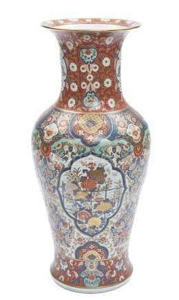 Grand vase Imari (Arita) polychrome et partiellement doré, décoré de motifs flo