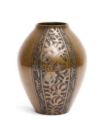 Grand et lourd vase or et brun en bronze patiné, gravé d'enroulements floraux s