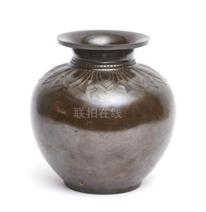 Vase rond en bronze foncé, décoré autour du col d'une frise de feuilles de lotu