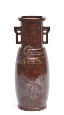 Grand vase en bronze d'un brillant rouge-marron sombre avec poignées, dans sa b
