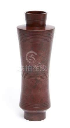 Grand vase rouge-marron cylindrique, légèrement resserré en son milieu, et déco