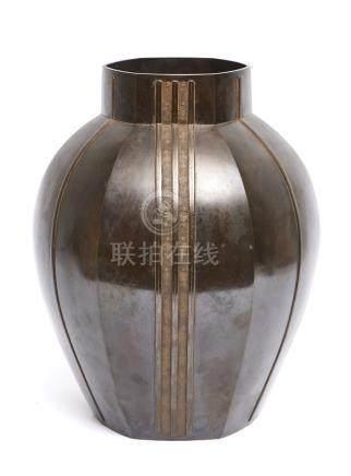 Lourd vase hexagonal en bronze, décoré d'un motif de cordage par Aida Tomiyasu