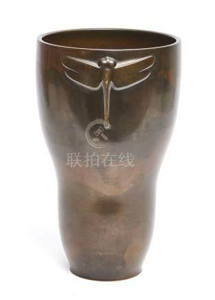 Grand vase en bronze s'élargissant vers le haut, et décoré sur deux côtés d'un