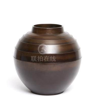 Grand vase rond en bronze marron. Non signé, mais un modèle connu de l'atelier