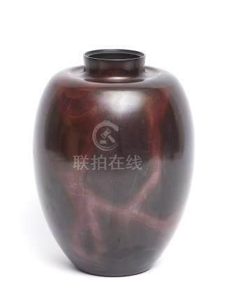 Vase en bronze de couleur marron foncé, tacheté de rouge foncé, par Hannya Kank