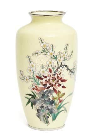 Vase cloisonné jaune, décoré de gerbes d'abricotier japonais, de chrysanthèmes