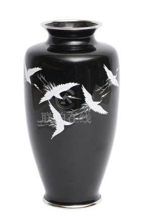 Grand vase cloisonné noir, à décor d'un vol de cinq grues de Mandchourie. Dans