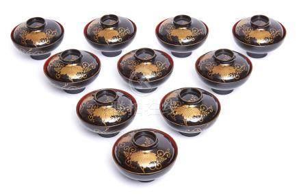 Ensemble de dix bols laqués à couvercle, à décor de frises de fleurs abstraites