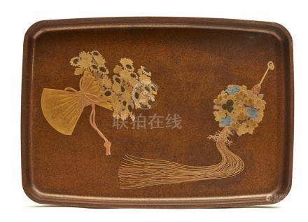 Plateau hirobuta entièrement saupoudré de laque doré nashiji. Le fond décoré de