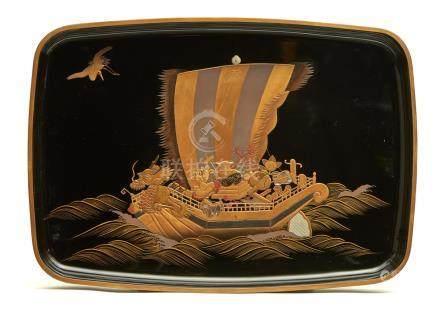 Plateau hirobuta laqué noir décoré d'un bateau dragon rempli d'objets de bons a