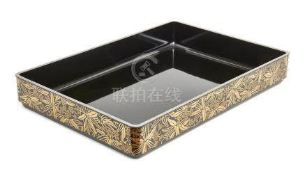 Plateau hirobuta laqué noir, les côtés du plateau décorés de motifs laqués or d