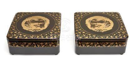 Ensemble de deux boites carrées laquées noires, à couvercle décoré d'une pastil