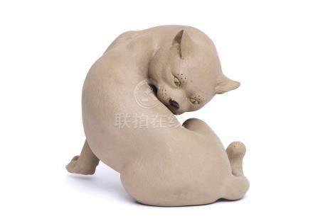 Chat en grès chinois marron clair, se léchant. Ses griffes, yeux et truffe sont