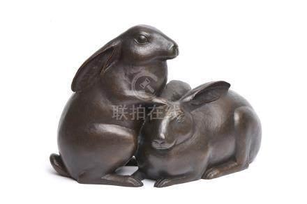 Grande sculpture en bronze représentant deux lapins: l'un se tenant debout, rep