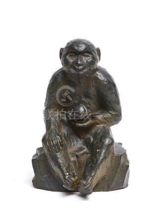 Grande sculpture représentant un singe assis sur un rocher, tenat une pêche dan