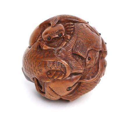 Boule en bois entièrement sculpté de divers poissons, pieuvre et crabe. Signé H