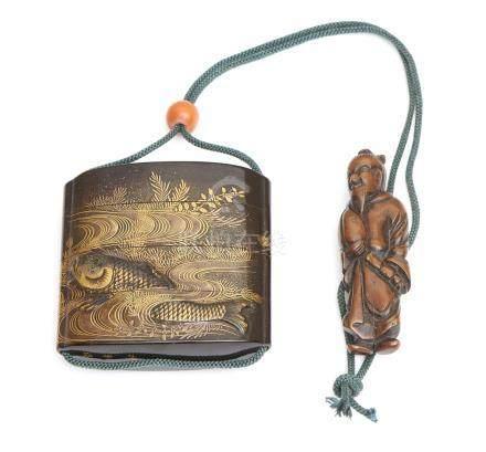 Inro à quatre compartiments laqué noir, décoré de motifs gravés de carpes dans