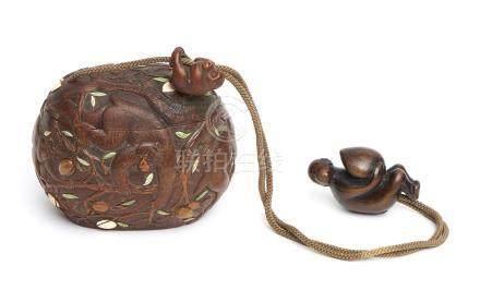 Récipient ovale en bois (sagemono), décoré d'un motif gravé à décor de singes d