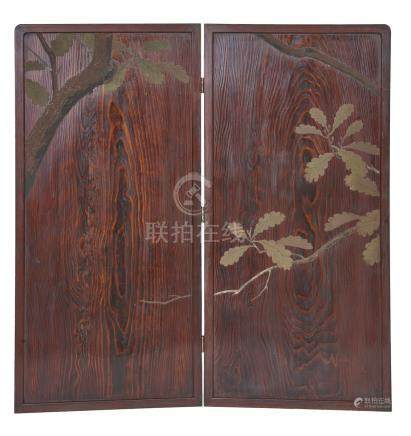 Paravent à deux panneaux (byobu) en bois, à décor laqué marron et vert d'un tro
