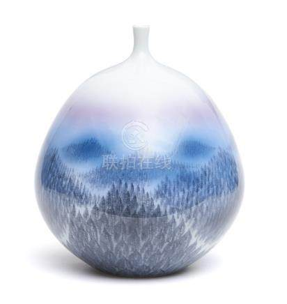 Vase en porcelaine globulaire à col étroit, orné d'un paysage de montagne bleuâ