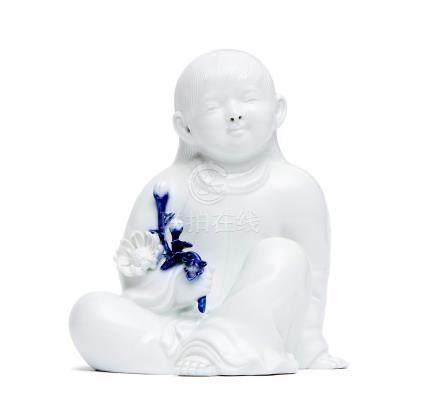 Sculpture en porcelaine à glaçure blanche, représentant un enfant tenant un bou