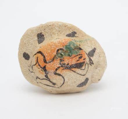 Théière en céramique de forme irrégulière, et partiellement peinte, marquée d'u