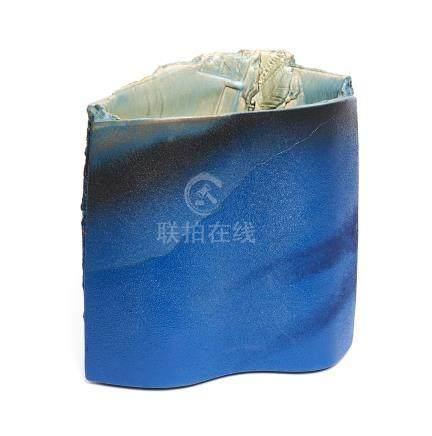 Vase en grès de forme ovale, décoré d'une couleur bleu profond granuleuse (seir