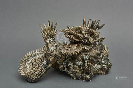 Dragon en céramique se reposant sur ses griffes, la bouche grande ouverte, les