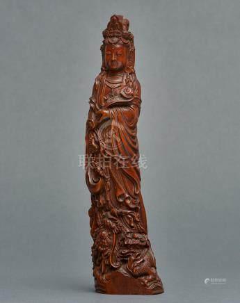 Sculpture en bois représentant la boddhisattva Kannon tenant un sceptre nyoi et