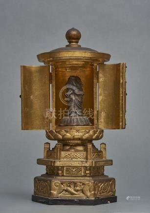 Petit temple zushi rond et laqué de feuilles d'or, sur un présentoir hexagonal.