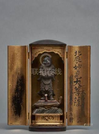 Petit temple zushi laqué noir, garni dans un intérieur doré d' une figure en bo